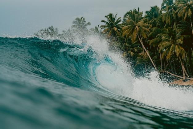 Vue intérieure de l'énorme déferlement de la mer dans les îles mentawai, indonésie