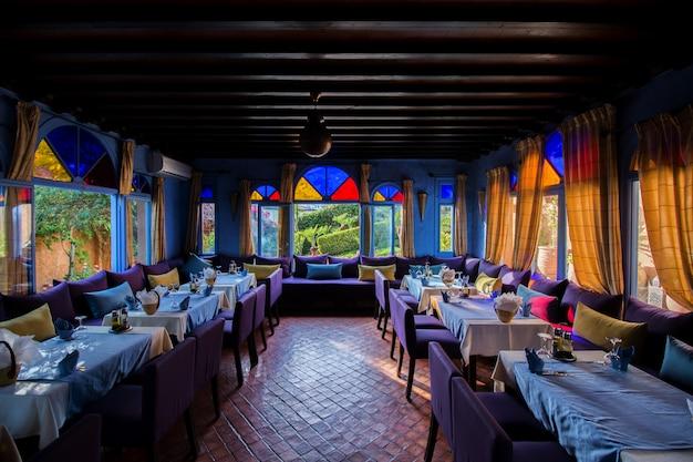 Vue intérieure d'un hôtel dans la ville bleue de chefchaouen, maroc
