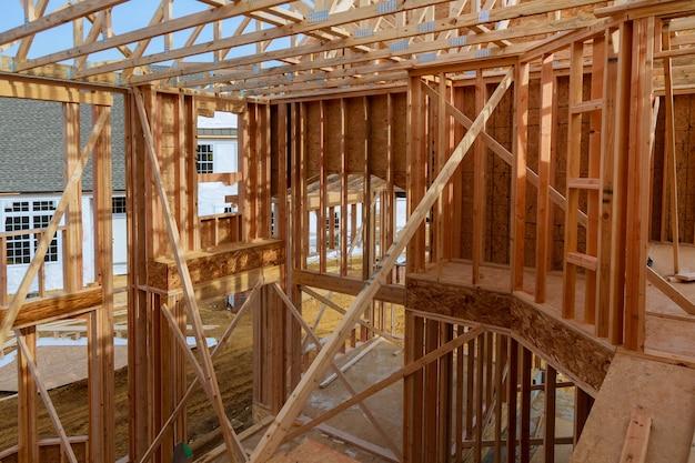 Vue intérieure d'une maison neuve en construction avec câblage apparent et échelle sur le sol.