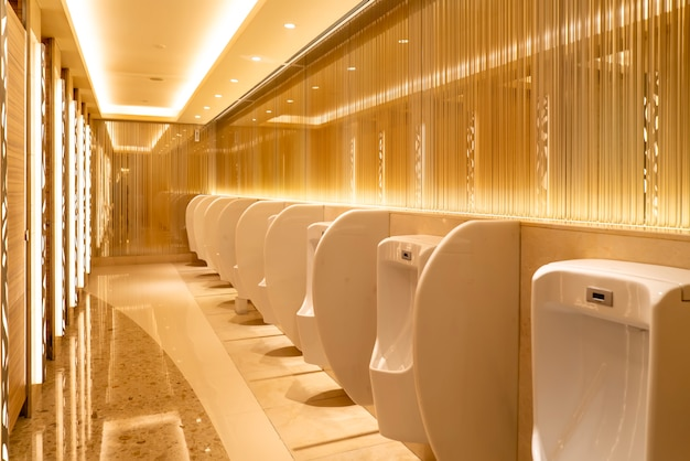 Vue intérieure des toilettes du centre commercial et de l'hôtel