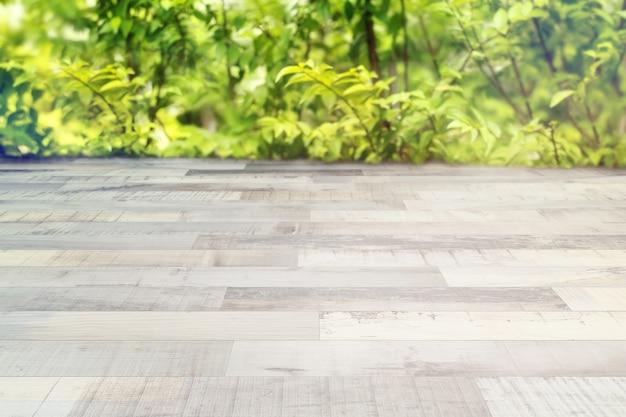 Vue sur jardin flou et plancher en boisi.couleur vintage et espace de copie, un endroit pour l'affichage des produits.