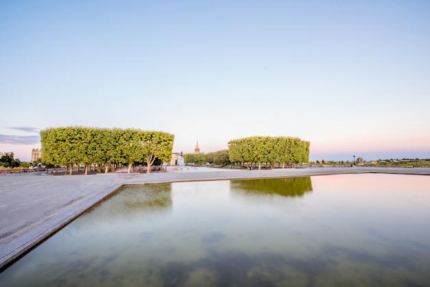 Vue sur les jardins du peyrou avec fontaine pendant la lumière du soir dans la ville de montpellier dans le sud de la france