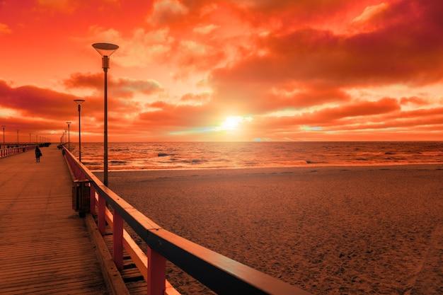 Vue de la jetée en bois sur la mer. ville de palanga au coucher du soleil en automne, lituanie