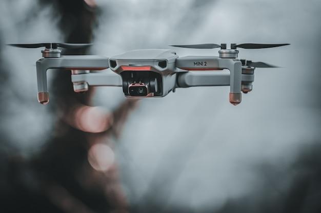 Vue sur un joli et petit drone volant