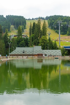 Vue de jour d'été sur l'étang dans la station de ski de montagne.