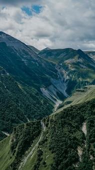 Vue de kazbegi, géorgie. beau fond de montagne naturel. l'été
