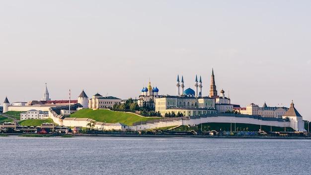 Vue sur le kremlin de kazan avec la cathédrale de l'annonciation du palais présidentiel tour soyembika