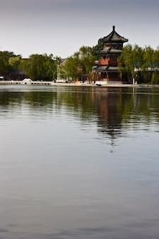 Vue sur le lac et l'ancienne tour de pékin, près de la cité interdite
