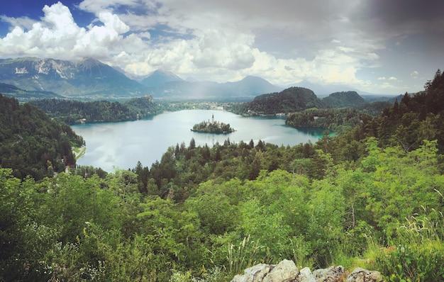 Vue sur le lac de bled depuis les montagnes et forêts environnantes.