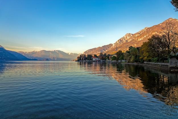 Vue sur le lac de côme de mandello del lario italie