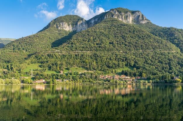 Vue sur le lac d'endine près de bergame