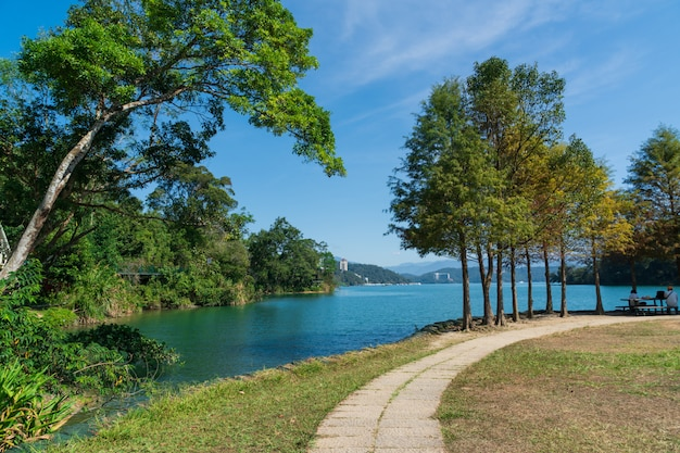 Vue sur le lac hte en journée ensoleillée.