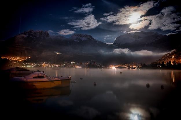 Vue d'un lac la nuit