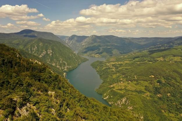 Vue sur le lac perucac et la rivière drina de la montagne tara en serbie