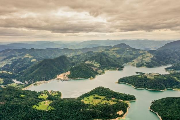 Vue sur le lac zaovine de la montagne tara en serbie