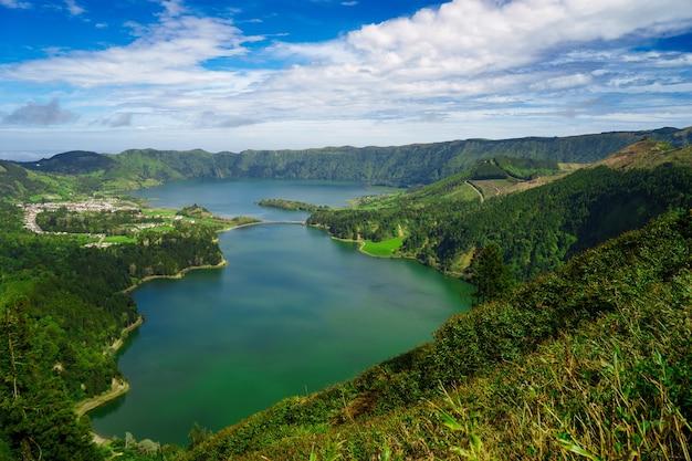 Vue sur les lacs lagoa sete cidades sur l'île de sao miguel
