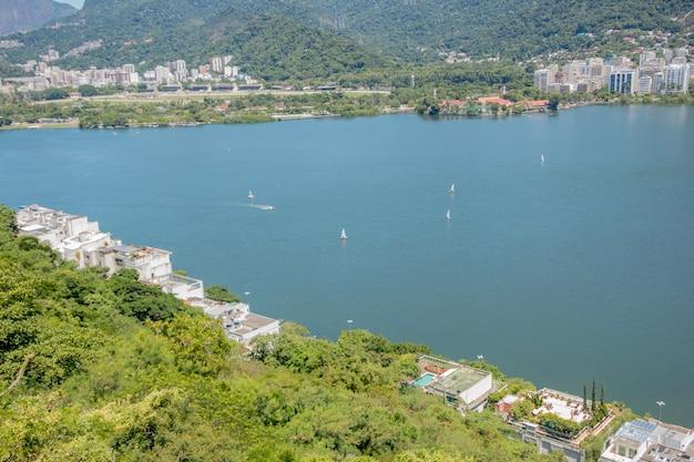 Vue sur le lagon de rodrigo de freitas à rio de janeiro au brésil.