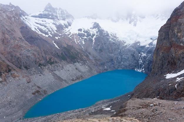 Vue sur la laguna sucia par temps nuageux. mont fitz roy, patagonie, argentine
