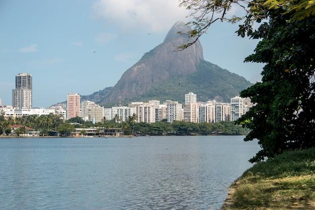 Vue sur la lagune rodrigo de freitas à rio de janeiro au brésil.