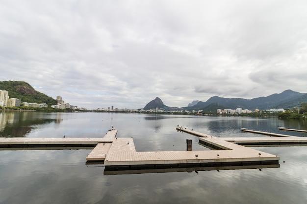 Vue sur la lagune rodrigo de freitas à rio de janeiro, brésil.