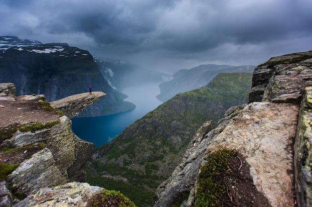 Vue de la langue troll en norvège avec un homme.