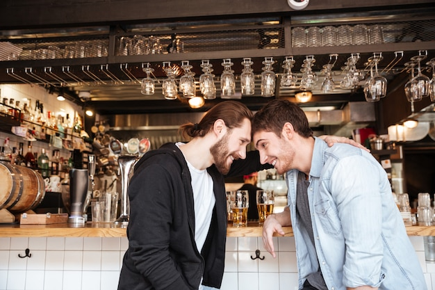 Vue latérale d'amis ivres au bar