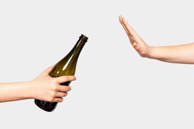 Vue latérale arrêter de consommer un message d'alcool