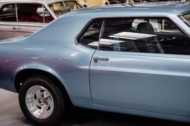 Vue latérale d'une automobile bleue rare au salon de l'automobile