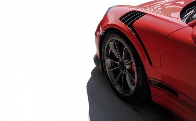 Vue latérale avant de voiture de sport rouge, roue noire avec couleur argent métallique.