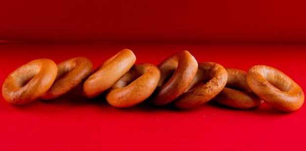 Vue latérale des bagels russes sur fond rouge