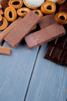 Vue latérale des bagels secs avec des gaufres au chocolat et du chocolat sur la table