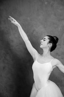 Vue latérale d'une ballerine en niveaux de gris