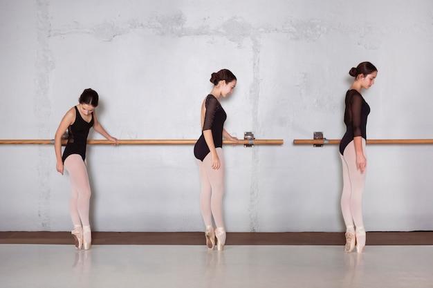 Vue latérale des ballerines professionnelles s'entraînant ensemble