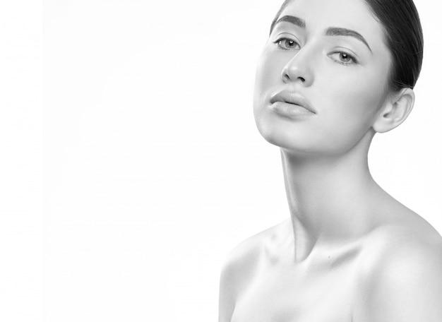Vue latérale d'une brune nue sensuelle sans maquillage