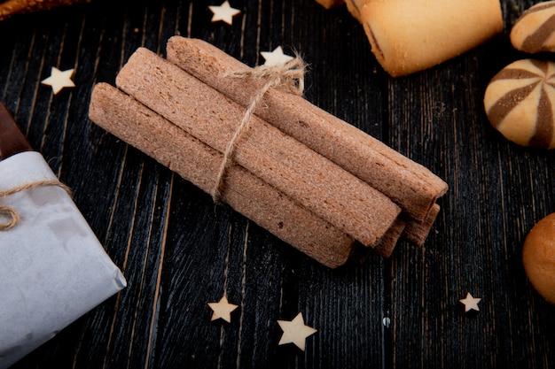 Vue latérale des cookies bagels secs et bâtonnets de maïs avec des étoiles