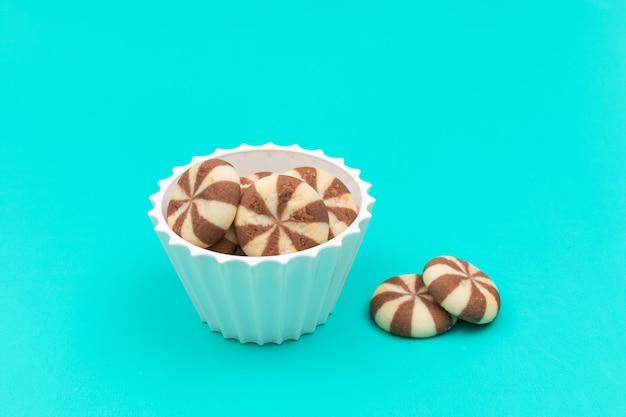 Vue latérale des cookies dans un bol avec copie espace horizontal