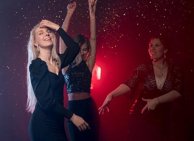 Vue latérale copines dansant