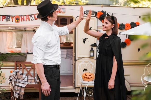 Vue latérale couple portant des costumes