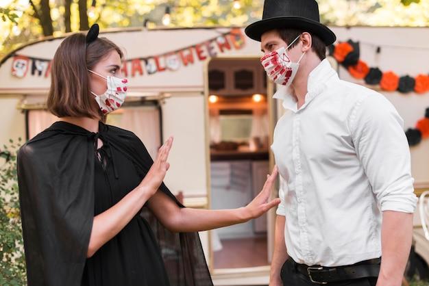 Vue latérale couple portant des masques