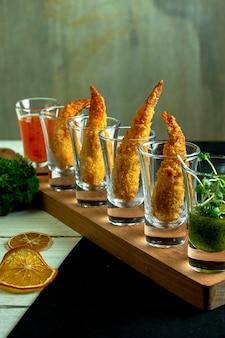 Vue latérale de la crevette royale dans des verres pour des photos