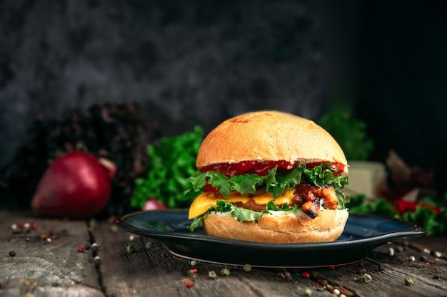 Vue latérale sur un délicieux burger américain