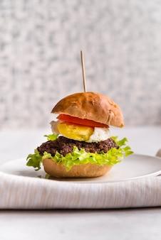 Vue latérale délicieux burger fait maison