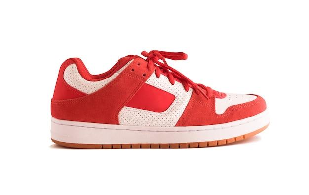 Vue latérale des détectives rouges ou des chaussures de skate isolés sur fond blanc