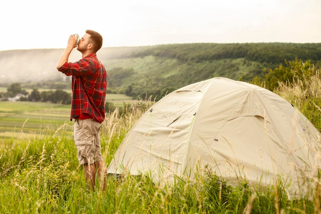 Vue latérale du camping masculin