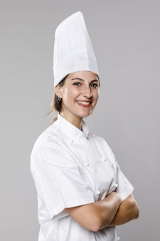 Vue latérale du chef féminin souriant
