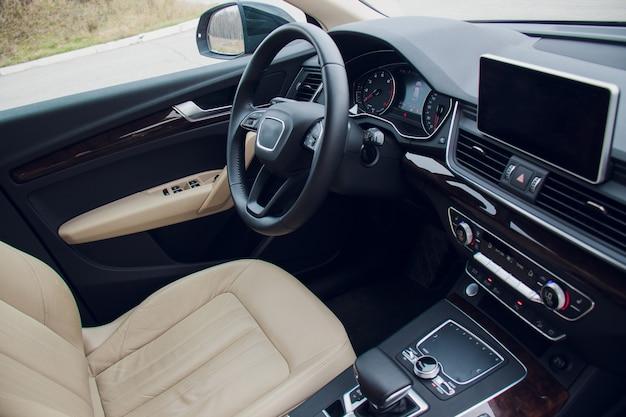 Vue latérale du conducteur intérieur de la voiture design d'intérieur de voiture moderne