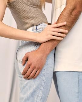 Vue latérale du couple embrassé