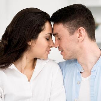 Vue latérale du couple étant intime