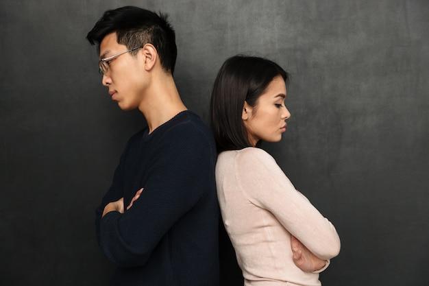 Vue latérale du couple offensé debout dos à l'autre