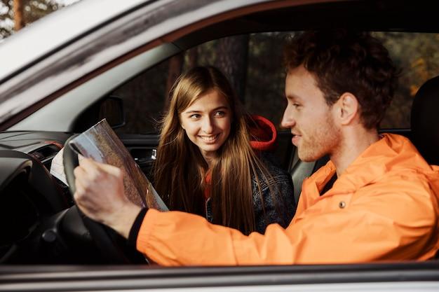 Vue latérale du couple sur un road trip dans la voiture